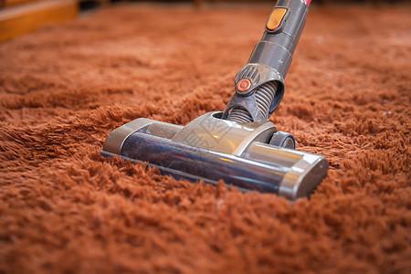 吸尘器清洁地毯特写图片