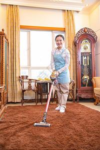 保洁员清洁地毯图片