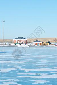 结冰的蓝色湖面图片