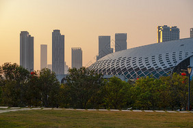 夕阳下的深圳体育中心公园图片