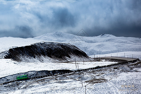雪天行驶在公路上的客车图片