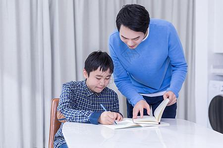 爸爸辅导儿子做作业图片