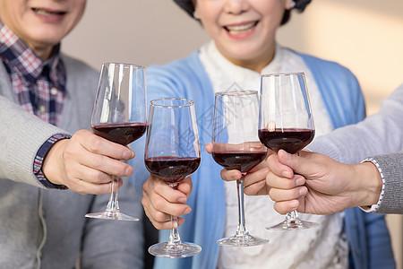 老年人欢聚举杯庆祝图片
