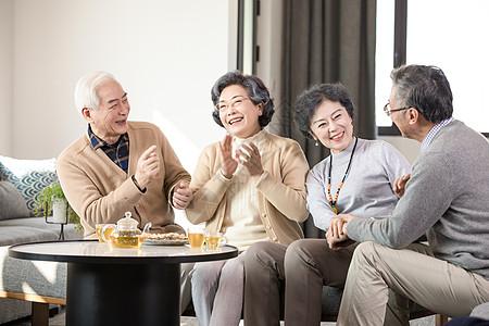 老年朋友欢聚喝茶聊天图片