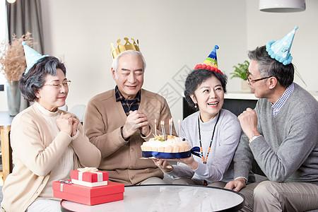 老年朋友相聚庆祝生日图片
