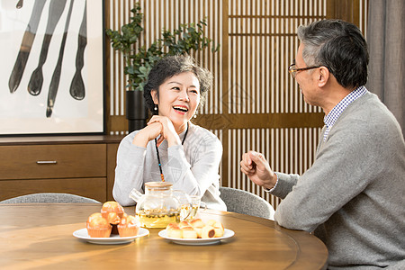老年夫妻喝茶聊天图片