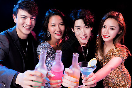 青年夜场喝酒狂欢图片