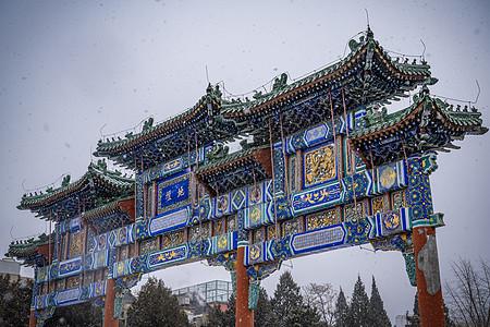 雪飘地坛牌坊图片
