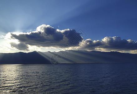 云南大理洱海云彩湖面图片