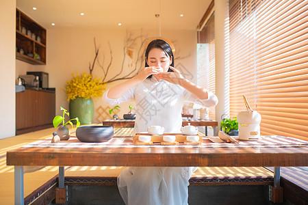 青年女性饮茶图片