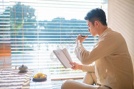 古装男生饮茶看书图片