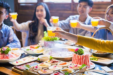 青年聚餐干杯图片