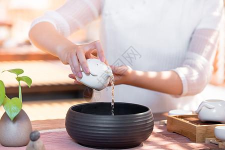 茶艺师茶道滤茶图片