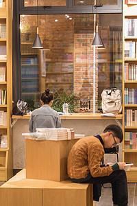 书店认真看书学习的人图片