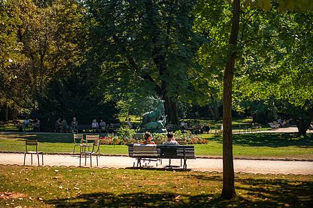 法国卢森堡公园椅子上的人图片