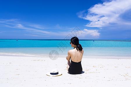 坐着的海滩美女背影图片