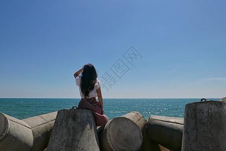 海边远眺的美女背影图片