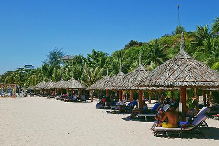 越南美奈海滩上休憩的人们图片