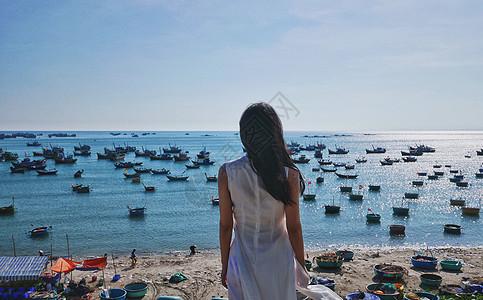 越南美奈渔村边的少女背影图片
