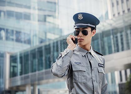 巡逻中的保安图片