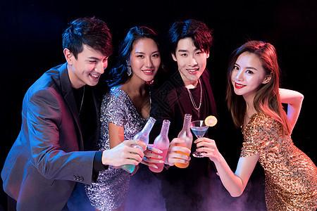 青年派对聚会干杯图片