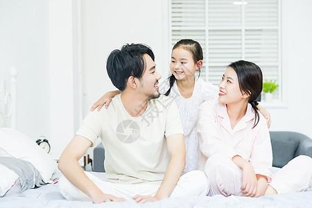 居家生活父母陪伴女儿图片