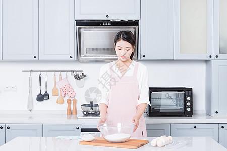 年轻女性烘焙图片