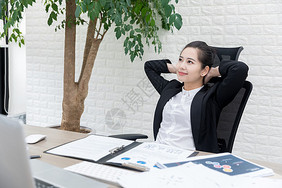 女性职场办公放松图片