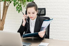 女性职场接听电话记录图片