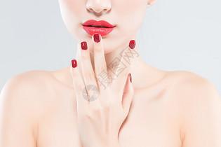 女性美妆和红色美甲图片