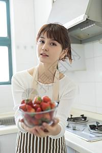 拿草莓的家庭主妇 图片
