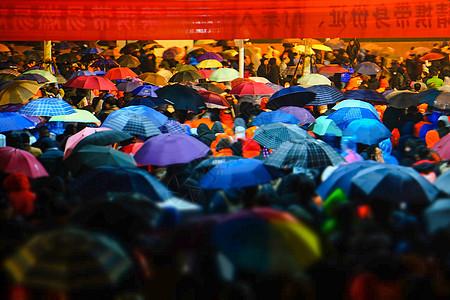 下雨天中超比赛散场人群图片