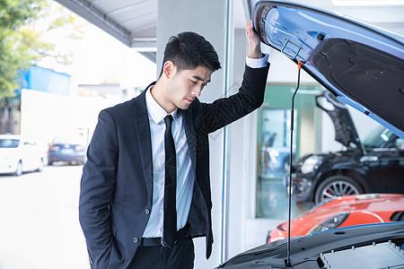 商务人士检修汽车图片