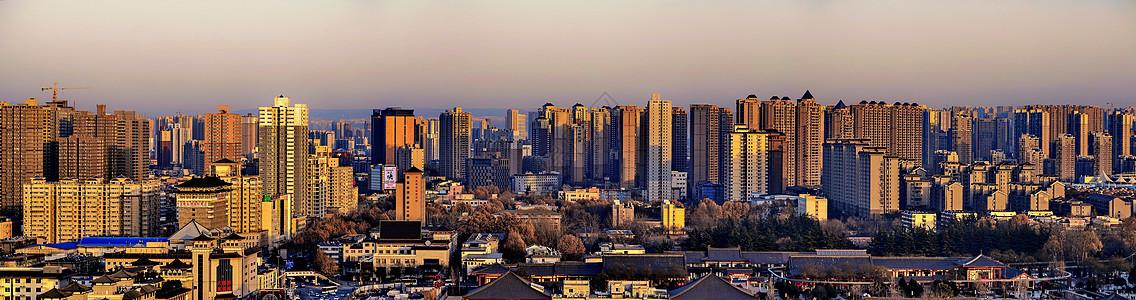 夕阳下大城市林立的高楼大厦图片