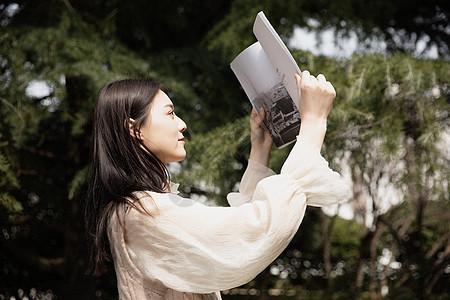 美女户外读书图片