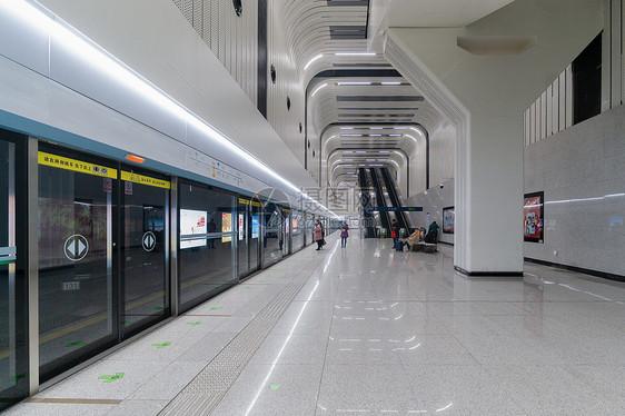 地铁站候车的人群图片