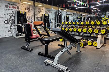 堆满健身器材的健身房图片