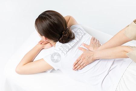 女性背部按摩图片