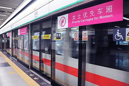 地铁站站台屏蔽门图片