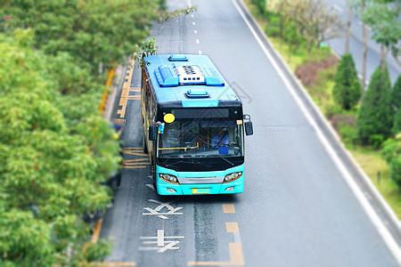 马路上的一辆蓝色的公交车大巴车图片