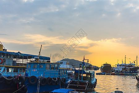 海边船只夕阳背景图片