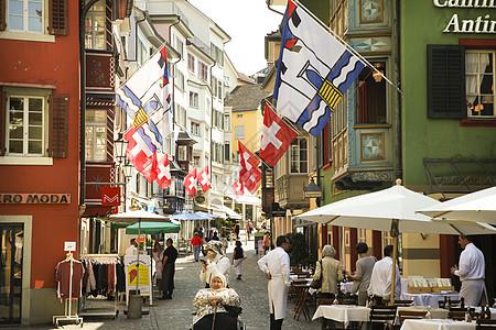悬挂瑞士国旗的苏黎世街道图片