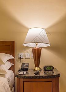 酒店房间床头柜床头灯图片