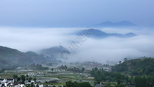 云雾缭绕乡村田园图片