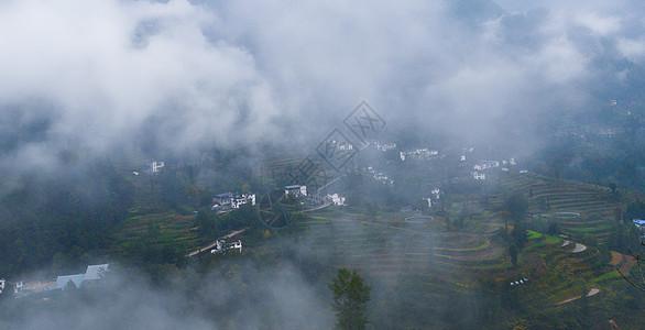 俯瞰云雾中的村舍图片