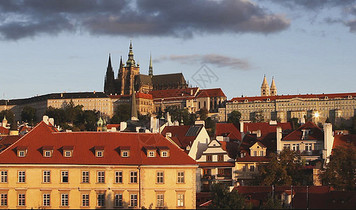 沐浴在金色阳光下的布拉格城堡区建筑图片