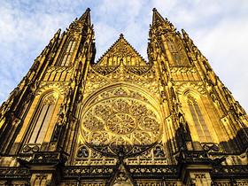 黄昏金色的布拉格城堡圣维塔大教堂图片