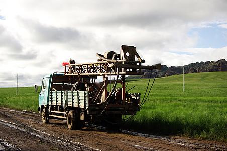 内蒙古大草原上的货车图片