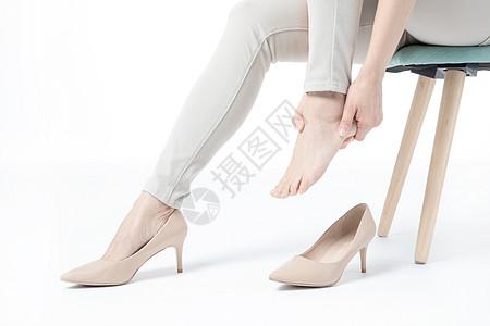 女性穿高跟鞋崴脚图片