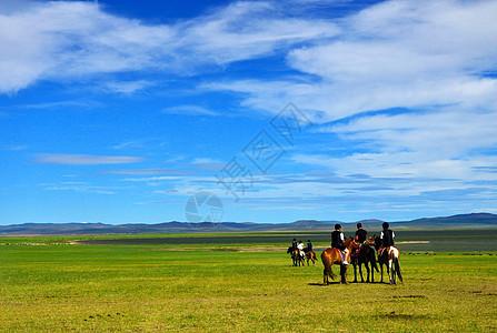 呼伦贝尔草原上骑马的人群图片
